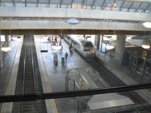 Accesul la peronul de tren se face direct din aeroport