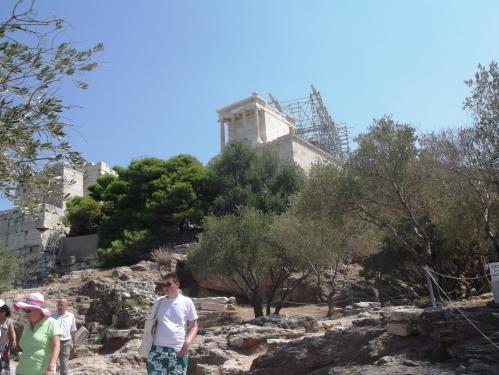 Calea de acces spre Acropole pe la vest de Odeonul lui Herod Atticus
